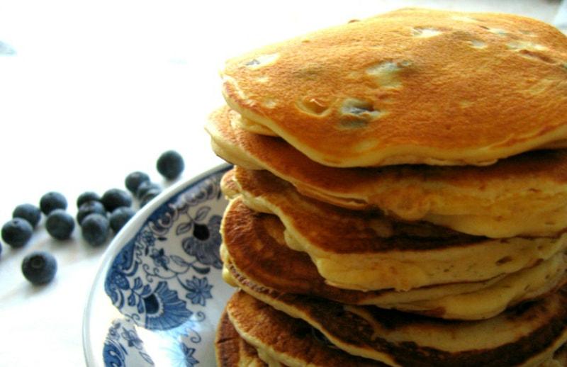 Panquecas de mirtilos e ricotta empilhadas / Stacked blueberry & ricotta pancakes