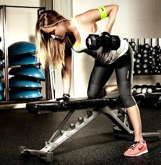 Remo mancuerna ejercicio mujer