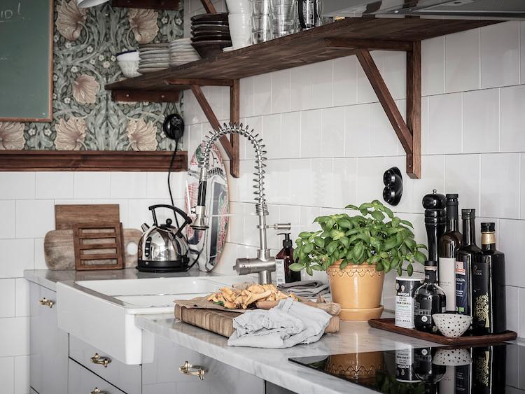 cocina antigua y moderna en un piso nórdico