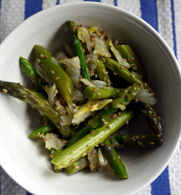 Asparagus and cabbage with sesame seeds and sesame oil