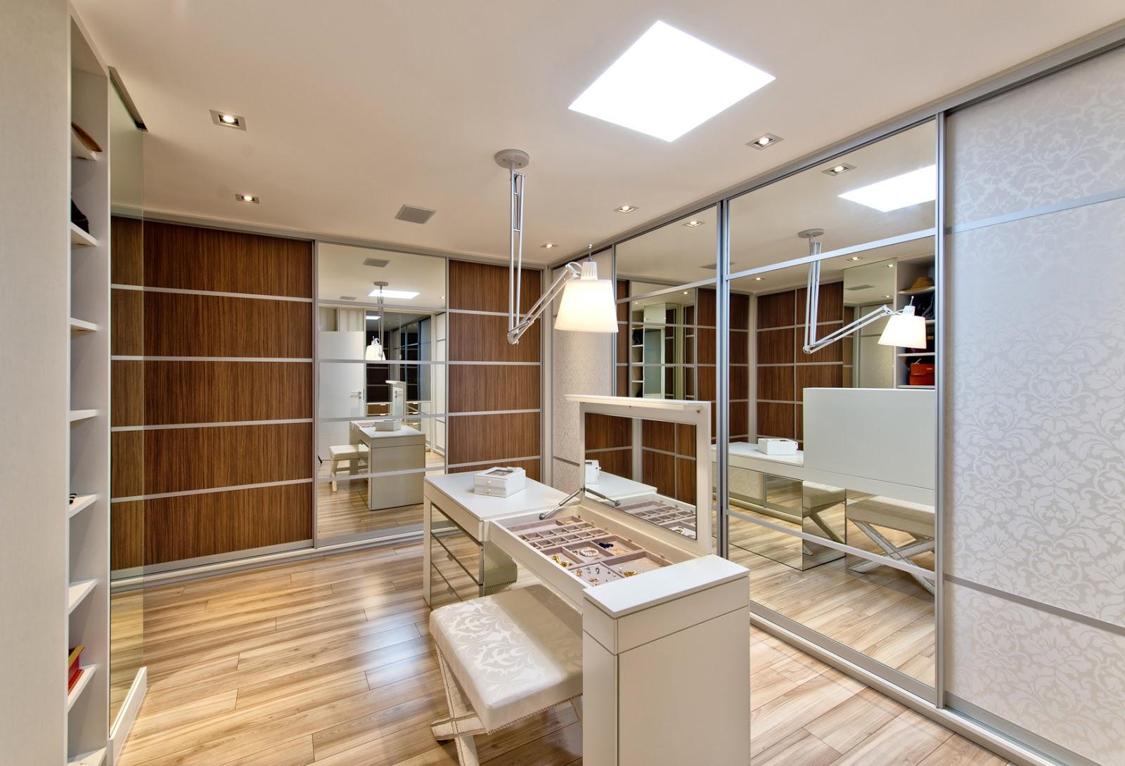 closet com mix de materiais com portas de correr de espelho madeiradas  #3F2310 1600 1090