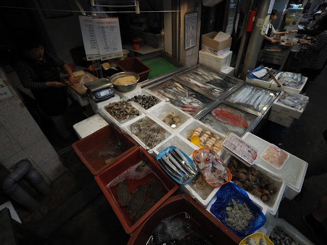 Fresh seafoods available at Tongin Market (통인시장)  too