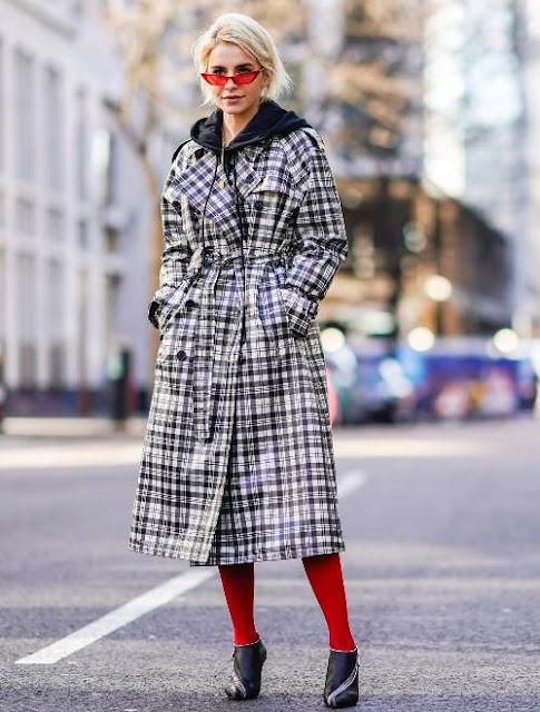 Красные колготки с клетчатым пальто