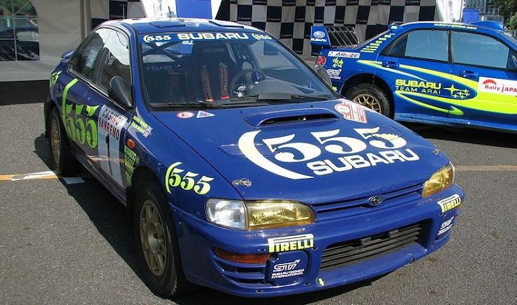 スバル青色のWRCカー