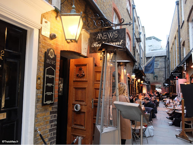 Mews bar restaurant quartier chic business Londres rue pavée