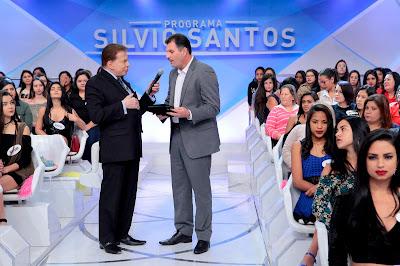 Silvio Santos recebe placa de Junior Aprillanti - Crédito: Lourival Ribeiro/SBT