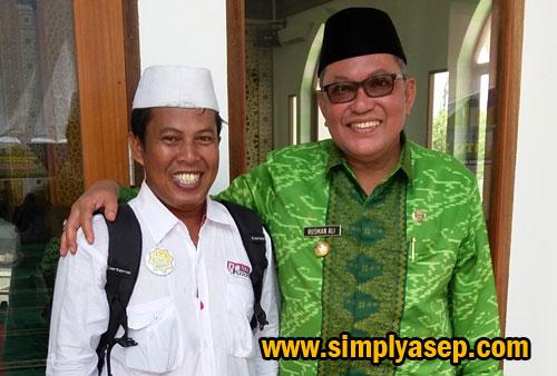 FOTO BERSAMA :  Penulis dengan Bupati Kubu Raya H. Rusman Ali di sela sela peresmian Masjid Bir Ali dalam MTQ XXVI Provinsi Kalimantan Barat di Kubu Raya 21-26 Mei 2016 yang lalu. Foto Istimewa