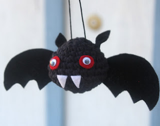 http://translate.googleusercontent.com/translate_c?depth=1&hl=es&rurl=translate.google.es&sl=en&tl=es&u=http://missdolkapots.wordpress.com/2013/10/04/little-vampire-bat-free-halloween-tutorial/&usg=ALkJrhj7R0ZODrj3evzrDmZd8dFMxQdGVQ