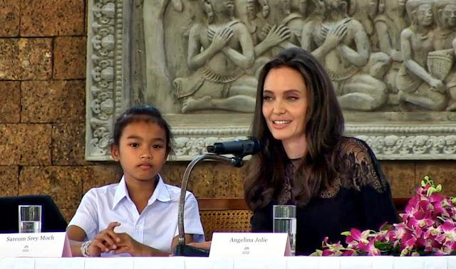 Angelina Jolie et Sareum Srey Moch, interprète de Loung Ung dans le film