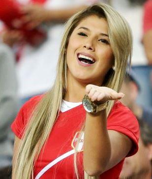 Foto de Yahaira Plasencia muy feliz en estadio