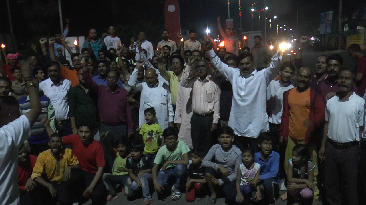 Jhabua Samachar- आज़ाद चौक से शहीद स्मारक तक निकाला मशाल जुलूस,लोगों ने याद किया अमर शहीद चंद्रशेखर आज़ाद को