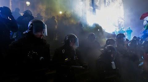 Ismét rendőrökre támadtak a tüntetők