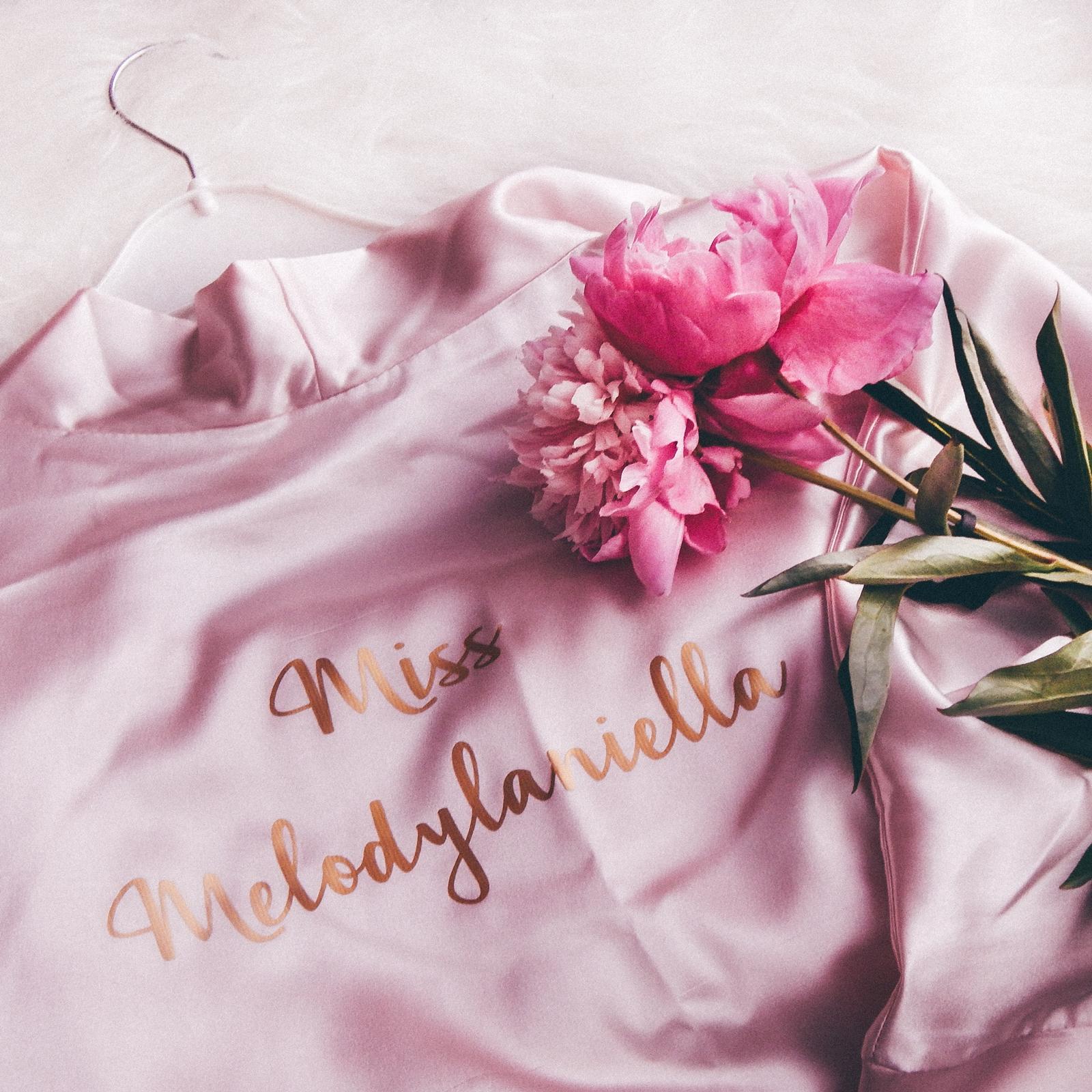 1 personalizowany szlafrok feel comfy miss melodylaniella satynowy szlafroczek dla panny młodej, na wieczór panieński, szlafrok na prezent pomysł na prezent dla młodej pary jaki prezent na wesele