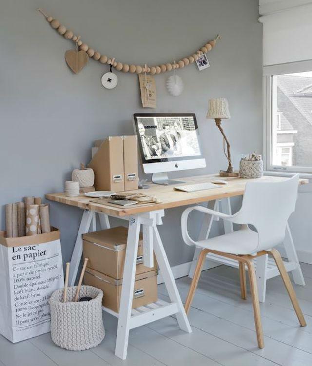 escritorio DIY con tabla de madera y caballetes