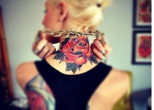 chicas con tatuajes de rosas de diferentes colores