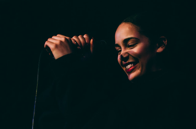 Video: Jorja Smith - Let Me Love You (En Vivo)