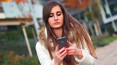 فتاة تمسك موبايل هاتف تكنولوجيا woman girl hold use mobile phone self cellular