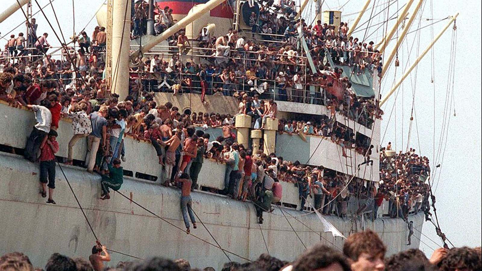 After several hours of waiting in the port of Bari, the Italian authorities allowed the Albanians to disembark for humanitarian reasons.