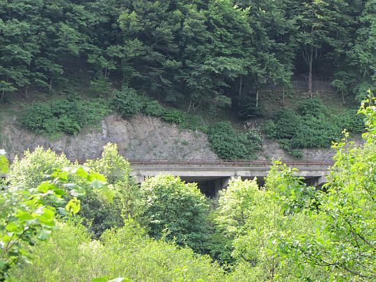 Droga przechodząca przez przełęcz Wagu doczepiona do skalnej ściany.