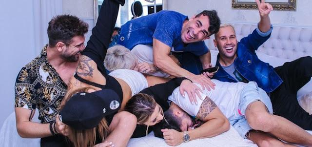 Ex-peões se divertem ao pular na cama de Andréa Nóbrega durante churrasco na mansão