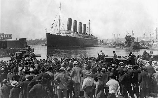 Foto antigua en blanco y negro de la partida del Titanic