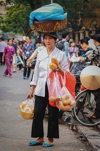The beauty of street vendors in Hanoi 3