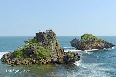 Pulau Karang Pantai Nglambor