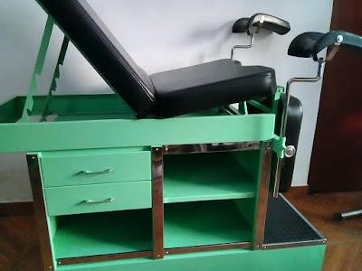camilla ginecologica verde tres cuerpos cajones soportes piernas acero tapiz negro espuma escalinata peldaño