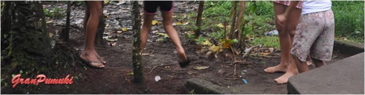 En la zona mas pobre del pueblo de tortuguero los niños juegan descalzos en el barro. En Blog de Viajes de Pumuki, Costa Rica, Tortuguero