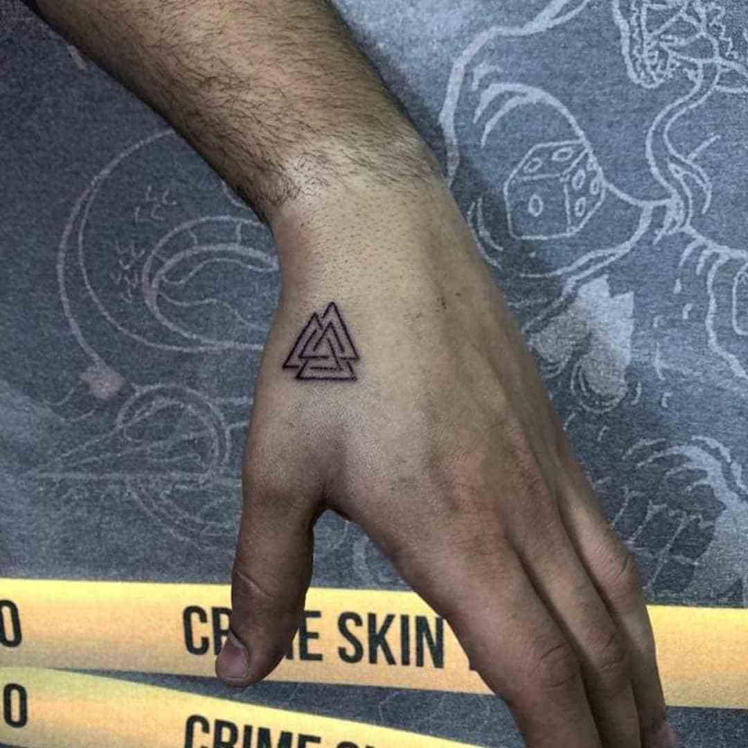 Vemos tatuaje pequeño de tres triángulos