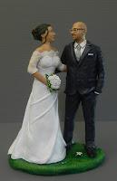 topper cake artistico personalizzato sposi che si guardano abbracciati orme magiche