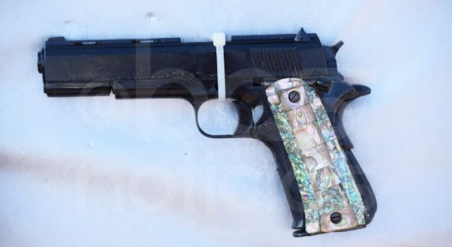 Mujer es arrestada tras llevar un arma en centro comercial