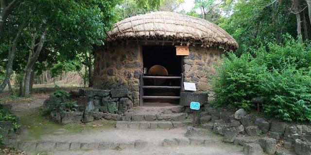 Replika rumah penggilingan di permukiman pegunungan yang ada di Jeju Folk Village, Jeju, Korea Selatan.