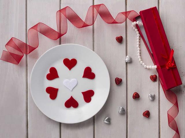 Единственное что , найдутся ли в продаже конфеты в фольге. Но можно и самой сделать печеньки и завернуть в фольгу.