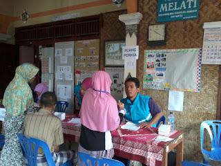 Pelayanan kesehatan relawan DPU DT Jogja dan mahasiswa Surya Global di Srandakan Bantul