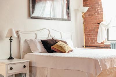 طريقة تنظيف غرف النوم البيضاء