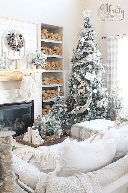 Farmhouse Christmas living room decor and decorating ideas. Christmas tree ideas. Easy Christmas decor. DIY Christmas decor. Christmas mantel ideas. Easy Christmas mantel decor. Christmas mantle ideas.