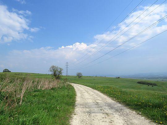 Droga przez wzniesienie Wieśniostuka.