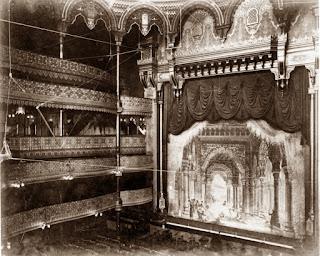 Escenario, telón y palcos del Alhambra Theatre de Londres.