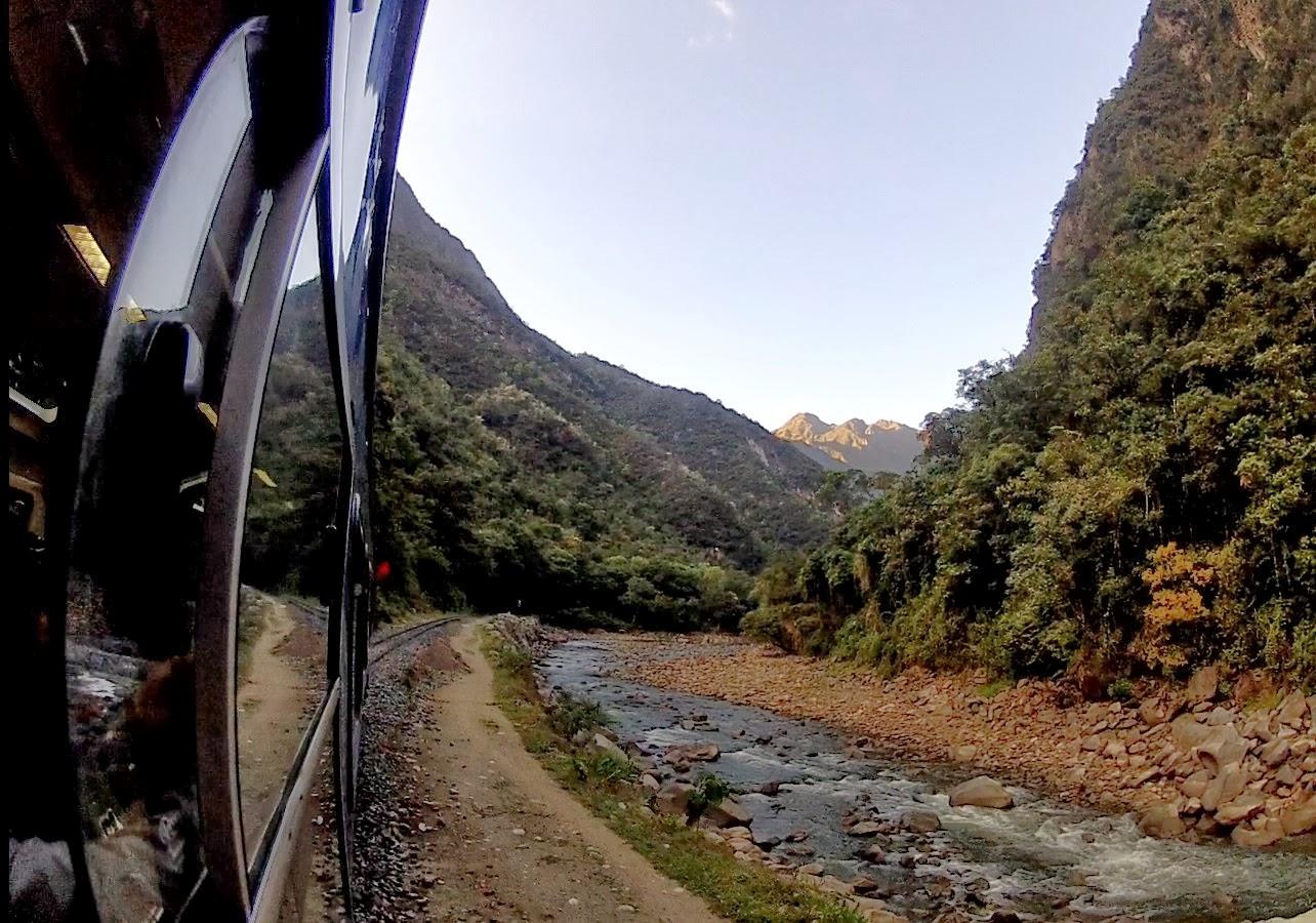 Seguindo o leito do rio rumo a Machu Picchu.