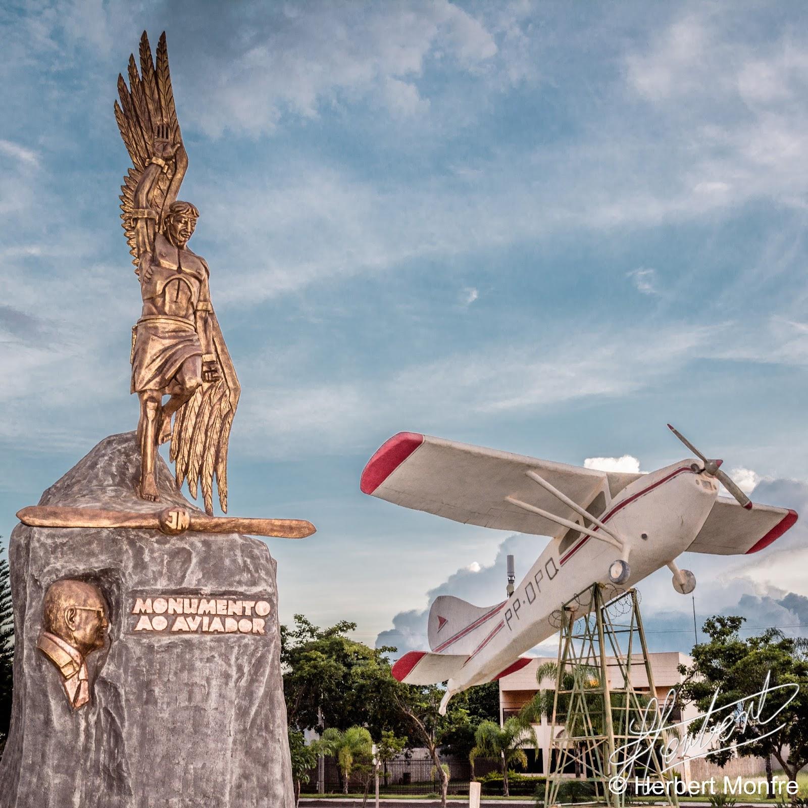 Monumento do Aviador, localizado no centro da cidade de Chapadão do Sul, MS | Foto © Herbert Monfre.