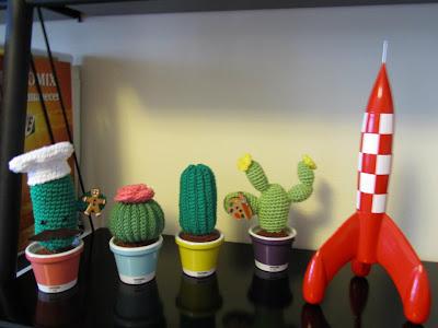 Cactus de amigurumi en macetas Pantone