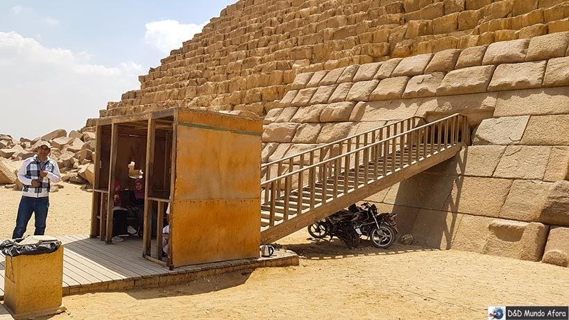 Entrando na Pirâmide de Miquerinos - Diário de Bordo: 2 dias no Cairo