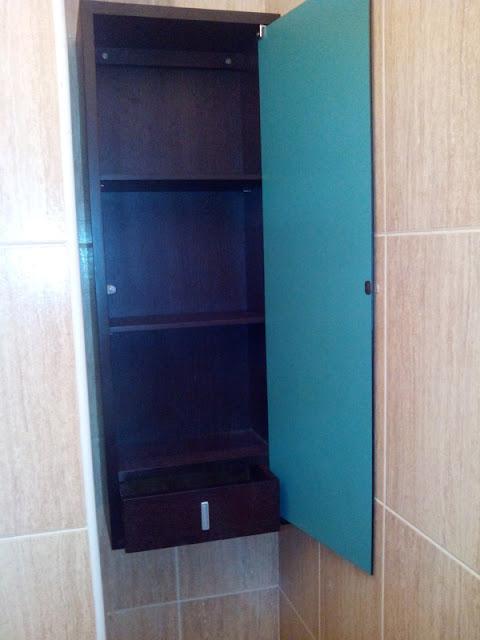 Mueble para cuarto de baño en chapas de roble barnizado a medida