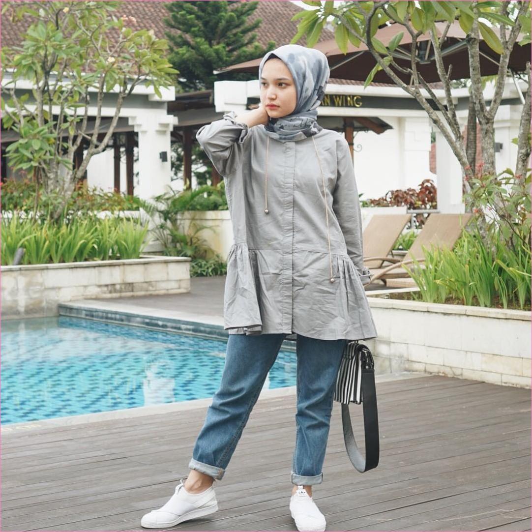 Outfit Celana Jeans Untuk Hijabers Ala Selebgram 2018 blouse tunic abu slingbags stripe putih hitam kerudung segiempat hijab square biru pants jeans denim kets sneakers putih ootd trendy