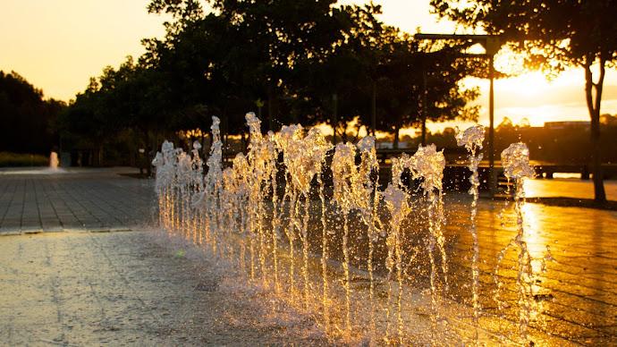 Wallpaper: Sunset through Water Fountain