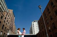 Pareja esperando a su bebé. Embarazada. Realizada en exteriores por Cristian Moriñigo, fotógrafo de embazadas y familia. Rosario. Puerto Norte. Edificios