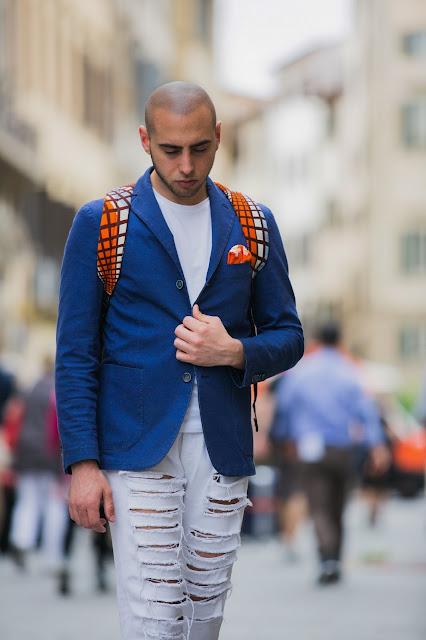 look uomo giacca e sneakers