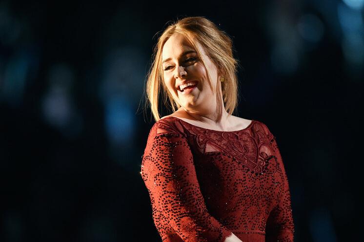Adele visita a los bomberos de Grenfell luego de incendio mortal