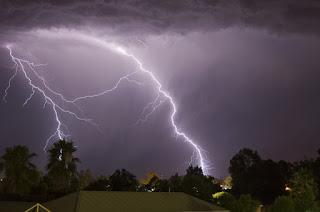 http://vnoticia.com.br/noticia/2535-chuva-acompanhada-com-muitos-raios-danifica-equipamentos-e-provoca-prejuizos-no-centro-de-sfi